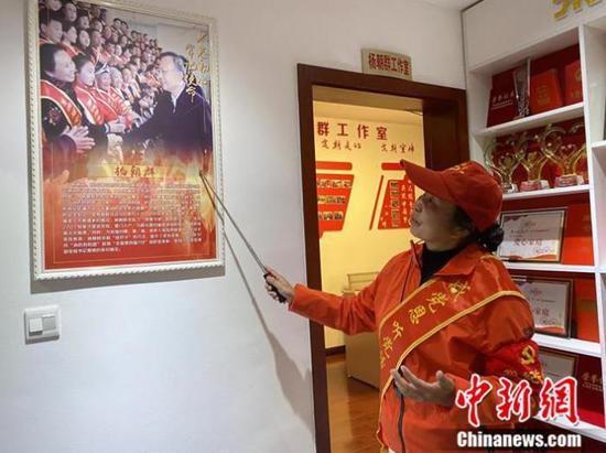 杨朝群在讲述明珠助老社的故事。李玉素 摄