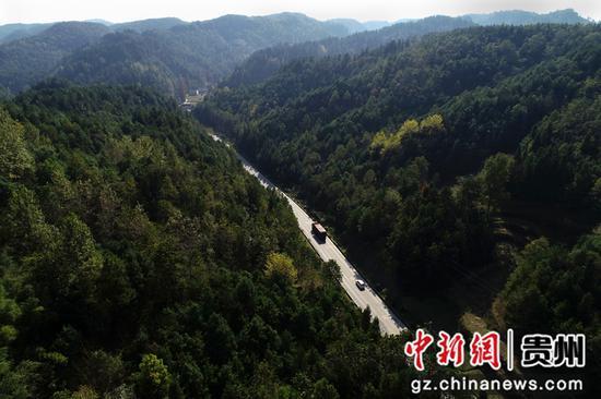 2020年11月12日,车辆行驶在国道212贵州省毕节市黔西县定新乡境内(无人机照片)。史开心 摄