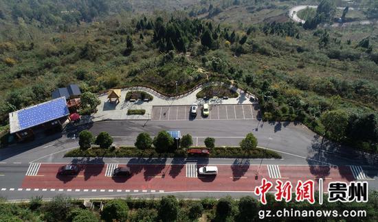 2020年11月12日拍摄的国道212贵州省毕节市黔西县素朴镇境内停车休息区(无人机照片)。史开心 摄