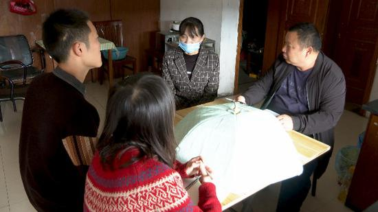 南浔区民政局工作人员来到低保户家中 姚遥 摄