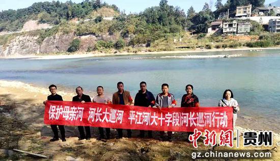 11月12日,贵州省榕江县梨子园社区服务中心乡村干部正在开展巡河的情景。周芳  摄