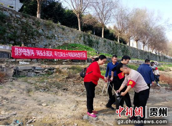 11月12日,贵州省榕江县梨子园社区服务中心乡村干部正在开展巡河的情景。杨文舒   摄