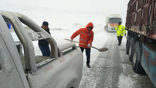 新疆塔城玛依塔斯防风雪基地积极应对第一场雪