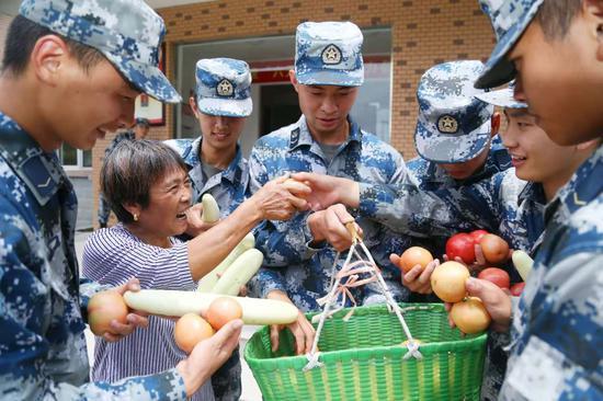 叶美英给部队官兵送蔬菜。 戴昕律供图