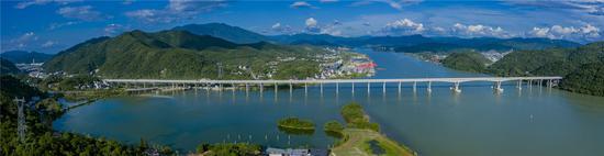 图为新安江大桥。 聚星官网省交通集团浙高建公司供图