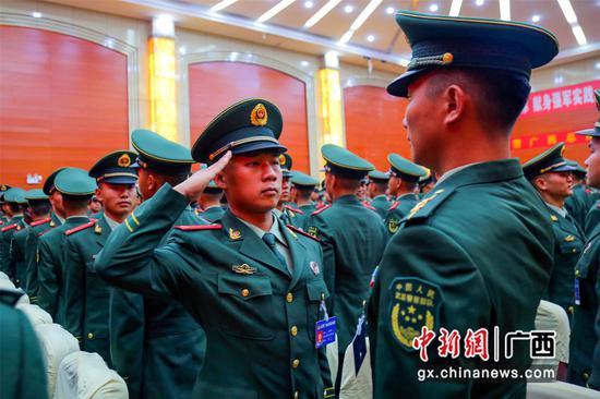 武警廣西總隊新兵團柳州承訓點新兵授銜
