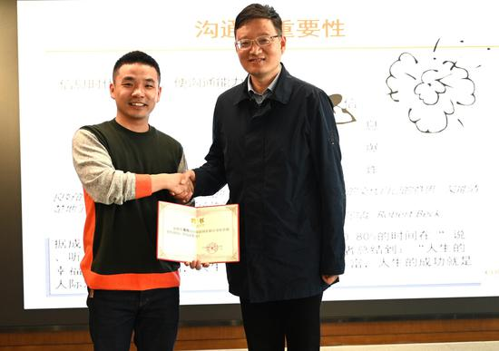 熊伟被聘为中新智库顾问。 张茵 摄