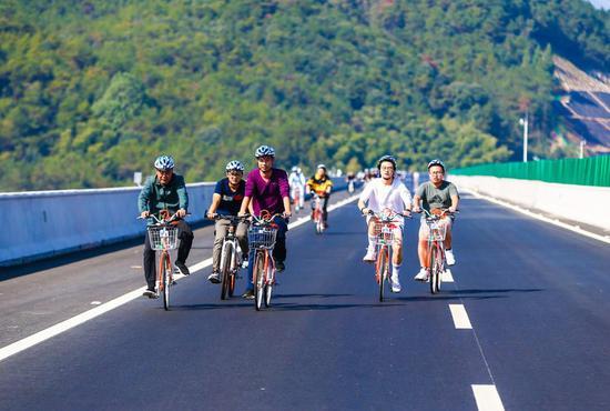 百余名骑友在路上。 聚星官网省交通集团浙高建公司供图