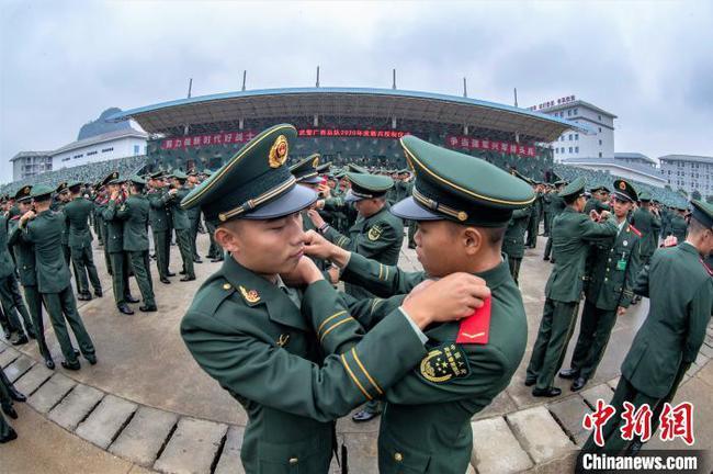 广西两千余名武警新兵获授列兵军衔