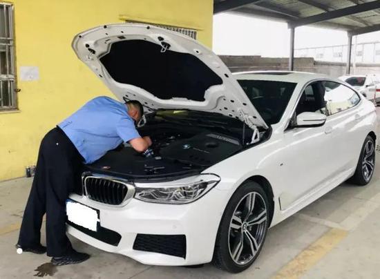 工作人员正在检测车辆。亚星集团省市场监管局供图