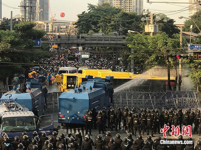 泰国国会讨论修宪 警方与抗议者发生冲突