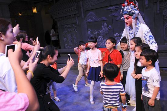 鹿城青少年与传统戏曲演员合影。鹿城宣传部供图