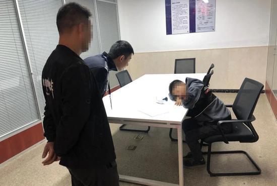 民警向小杨询问。  余杭警方 供图