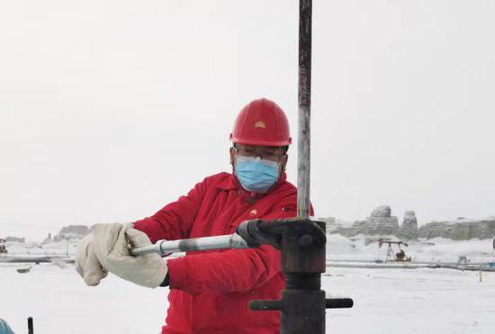 新疆油田公司风城油田采油三站员工拧紧盘根,保证原油正常生产。沈婕摄