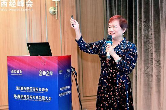 成都市金牛区妇幼保健院党委书记安彩霞发表演讲。 李晨韵 摄