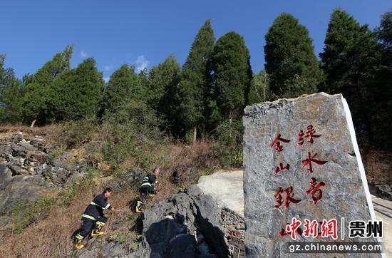 贵州省毕节市黔西县鸭池河岸边的素朴镇古胜村,村护林员在林间巡查。