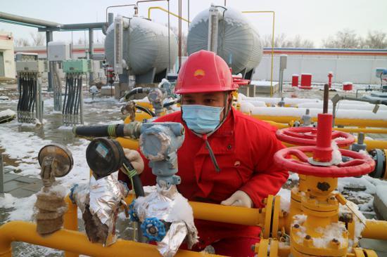 迎今冬首场降雪 新疆油田员工以雪为令清雪