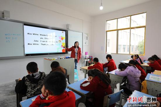 贵州财经大学商务学院学生在甲坝民族小学支教
