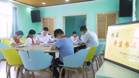 """""""精实·瓯越先锋""""志愿者在仰山读书室和孩子们共读。文成县烟草专卖局供图"""