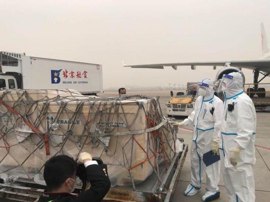 2020年10月20日,航班抵達北京首都國際機場后,在機坪執行監卸操作及消殺作業時,海關人員做入境查驗。國家文物局提供 馬孝辰 攝