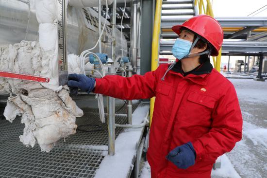 新疆油田公司采油二厂的天然气深冷提效装置第一次过冬,为确保设备正常运行,员工加密巡检,实时录取生产资料。刘奕汝摄