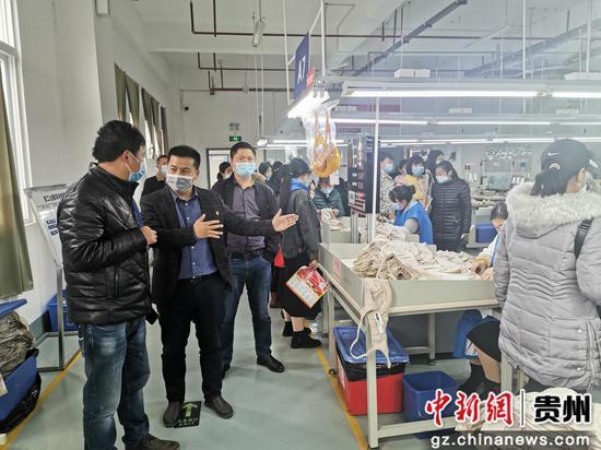辛云祥(左二)组织贫困劳动力到经开区选岗就业。
