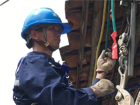 工作人员进行线路升级改造。卢卓景 摄