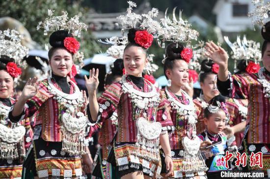 圖為苗年節非遺巡演現場,苗族民眾展示苗族服飾文化?!■暮陚?攝
