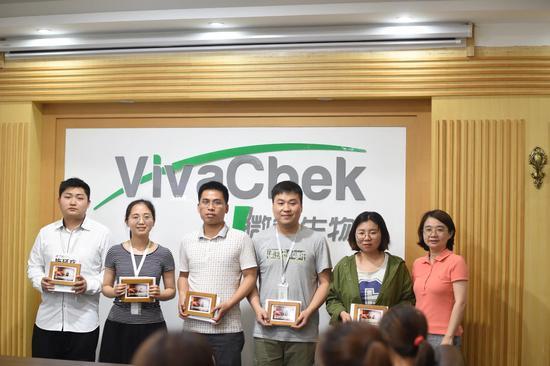 微策生物八字文化代表颁奖。企业 供图