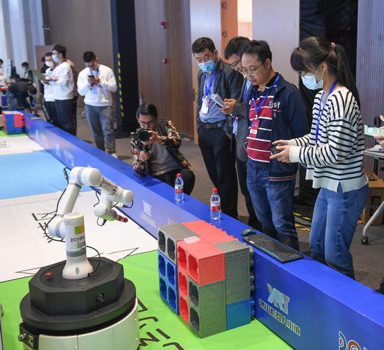 """参赛者操控""""雷克方舱""""机器人做出各类动作。王刚 摄"""