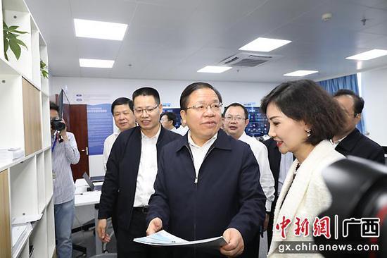 自治區領導參觀聯合創新實驗室。