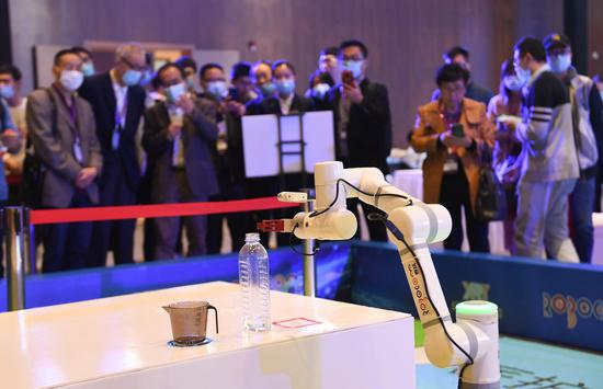 """""""雷克方舱""""机器人模拟医疗场景进行动作展示吸引参观者。王刚 摄"""