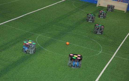 多台机器人在进行足球比赛。RoboCom国际公开赛组委会(供图)