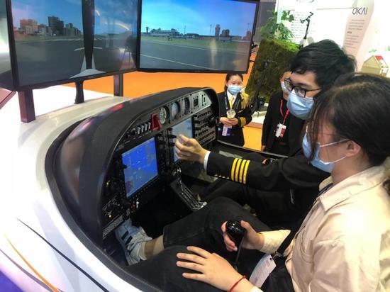 参观体验模拟飞行器 房浩康 摄