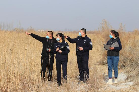 新疆阿瓦提县民警巡护六万余只野生鸟类越冬栖息地
