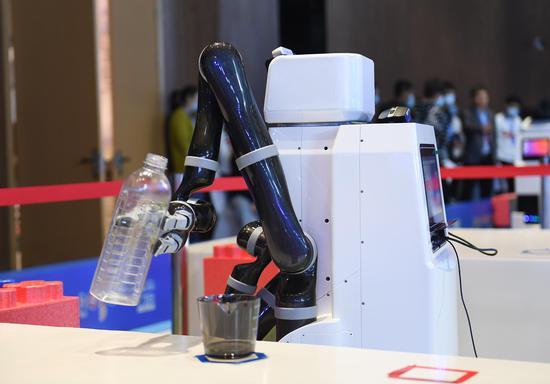 """比赛中的""""雷克方舱""""机器人模拟医疗场景进行倒水操作。王刚 摄"""