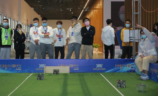 众多参赛者在观看机器人足球比赛。RoboCom国际公开赛组委会(供图)