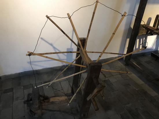 村子收藏展出的传统纺织工具。  李典 摄