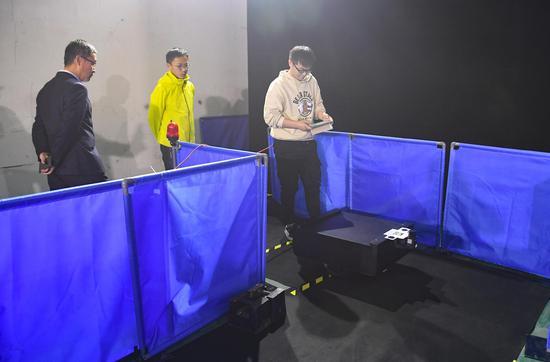 一位参赛者操控智能物流机器人进入赛道。王刚 摄
