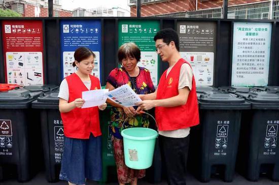 队员们为社区居民普及垃圾分类知识。 义乌市烟草专卖局供图