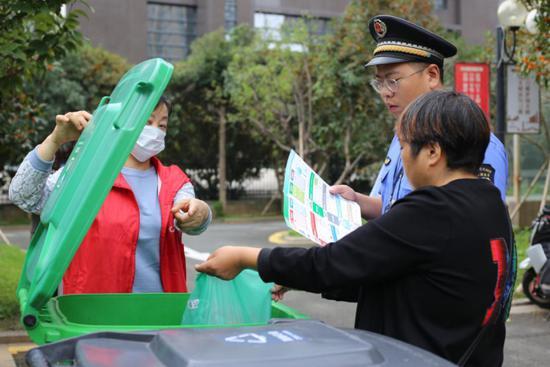 执法人员和志愿者桶边督导 蒋敏 摄