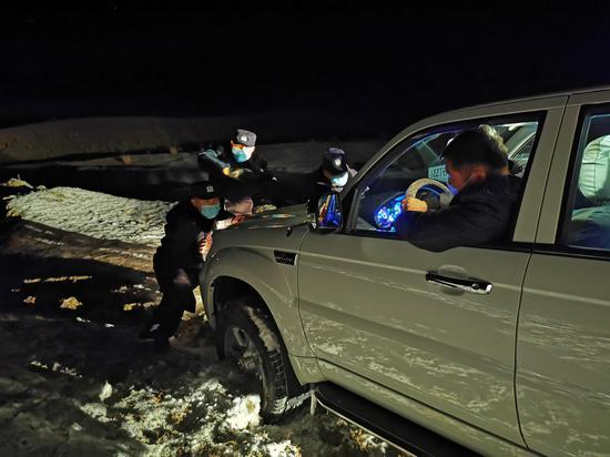 新疆阿勒泰阿热勒边境派出所民警零下20摄氏度紧急救援