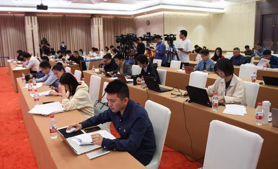 众多媒体记者参加发布会。  王刚 摄