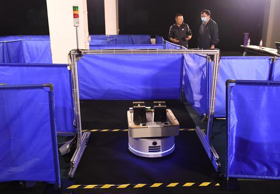 一台智能物流机器人经过赛道终点线。王刚 摄