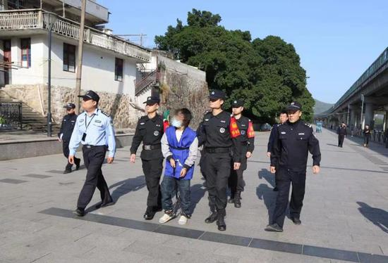 警方抓获犯罪嫌疑人梁某。丽水警方 供图