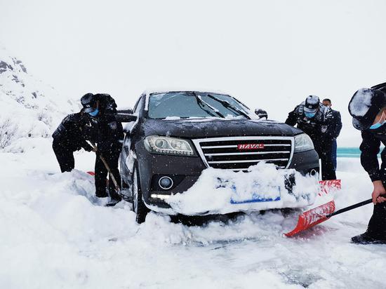 图为民警正在清理积雪。矫金宸 摄