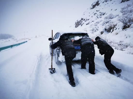 """最美""""雪""""警。矫金宸 摄"""