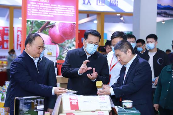11月20日上午,在省农博会阿克苏展位,省委书记袁家军详细了解受援地农特产品产销情况。