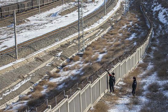 民警对铁路线路护栏进行安全检查。