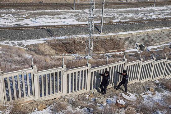 民警对铁路线路进行安全巡视检查。